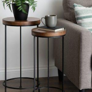 میز کنار سالنی چوبی